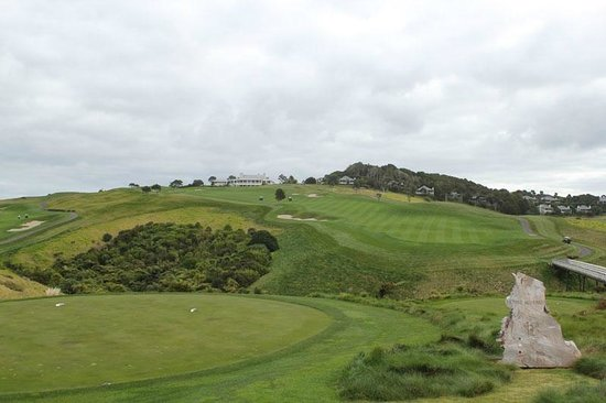 The Lodge at Kauri Cliffs: View from the 18th tee up to the lodge