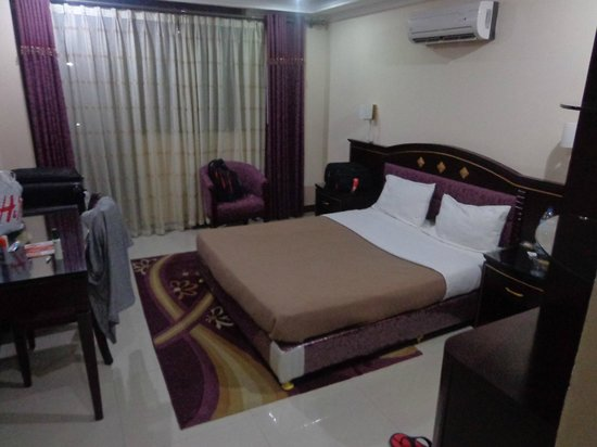 Urban Rose Hotel and Apartment: The Bed and airconditioner above the bed