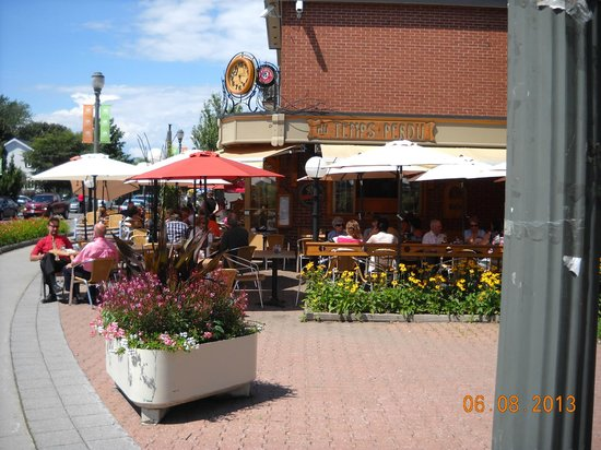 Residences Universite Laval: Café Temps Perdu, av. Myrand - this is one of several lively eating places off campus
