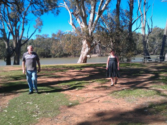 Euston Club & Cabin Resort: 50 metres from cabin to waters edge