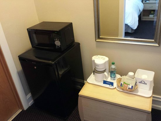 Days Inn Chicago: Microwave and refrigerator.