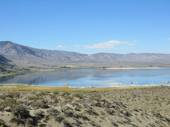 Mono Basin Scenic Area Visitor Center: hiking trail towards the lake