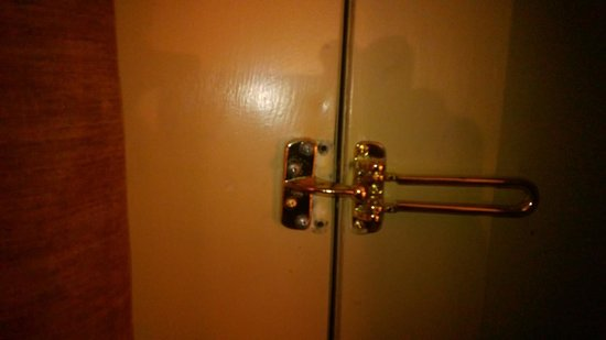 Fifth Season Inn & Suites: damaged door lock