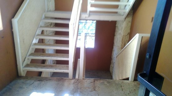 Fifth Season Inn & Suites: damaged concrete steps