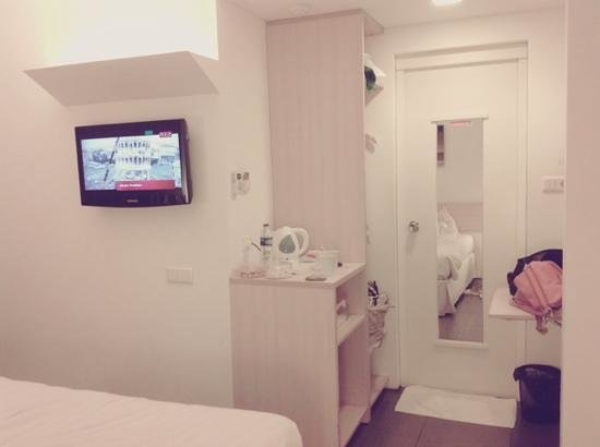 Malaka Hotel: TV and doorway to the bathroom