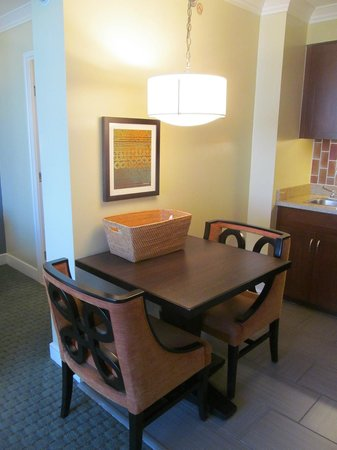 Wyndham Royal Garden at Waikiki: Studio dining area