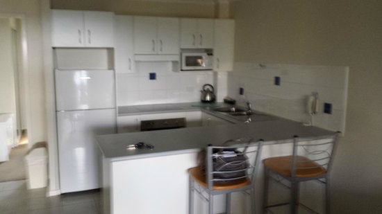 South Pacific Apartments: Kitchen