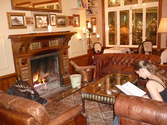 Duke of Marlborough Hotel: la cheminée dans la salle à manger