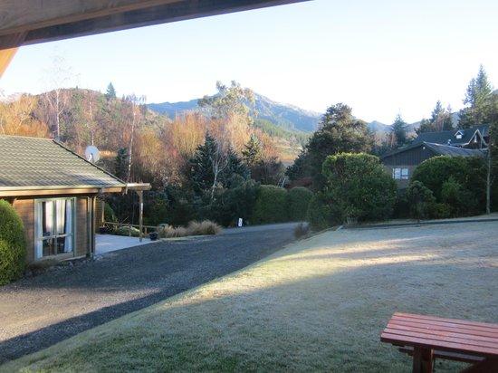 Chalets Motel: Frosty morning outside 10