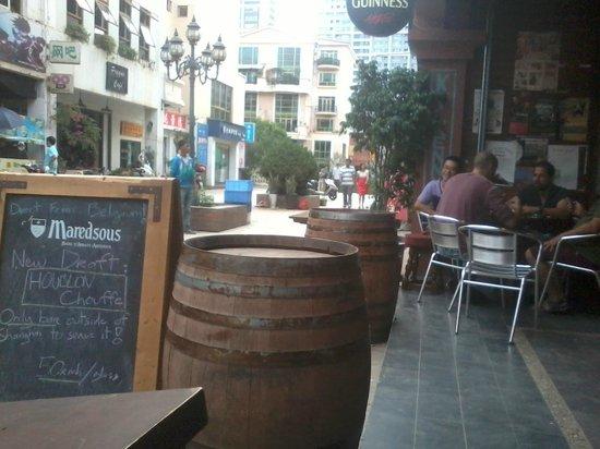 O'Reilly's Irish Pub : Outside seating
