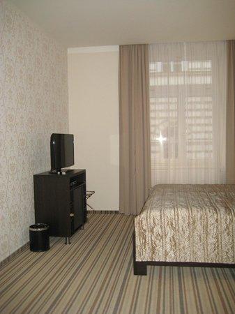 Hotel Sunrise: Televisión y minibar