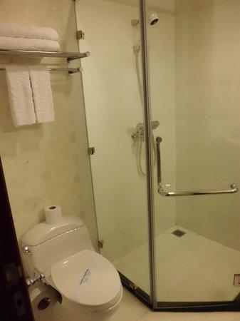 Aquari Hotel : バスルームも清潔
