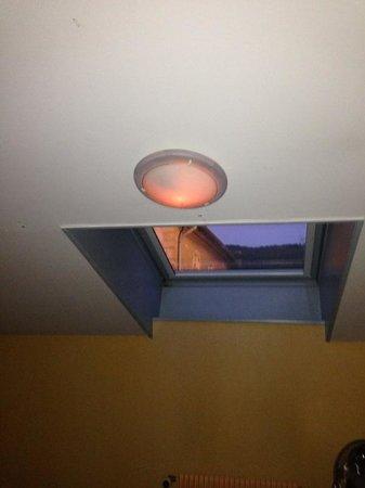 Hotel Vuillot : la lumière: qui ne s'allume quasiment pas (passé 21h vous êtes donc dans le noir)