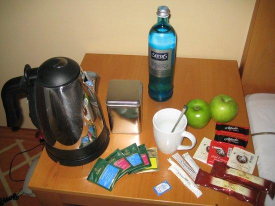 relexa hotel Stuttgarter Hof: Calentador de agua, café, infusiones, manzanas, agua...