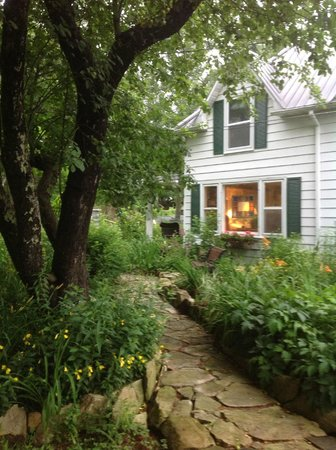 Gable Haus Country Inn & Linville Cottages: Meandering Path in the Garden