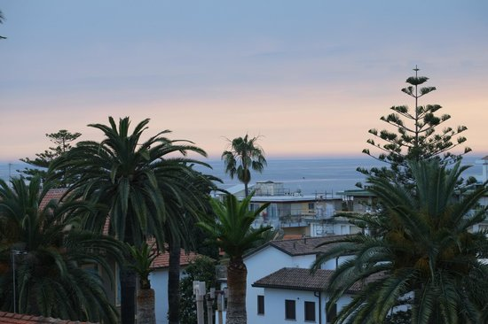 Vue depuis notre chambre - Picture of Hotel Belsoggiorno, Sanremo ...