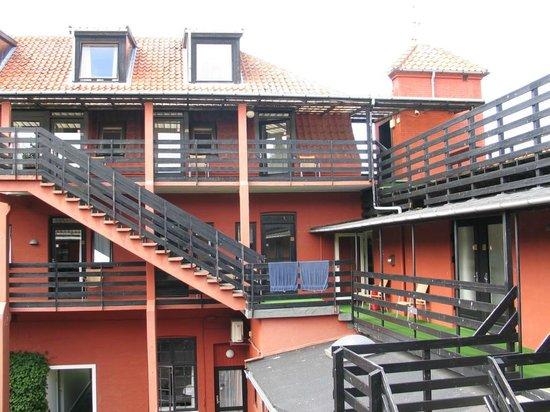 Hotel Gudhjem: dziedziniec - wejścia do pokoi od strony dziedzińca