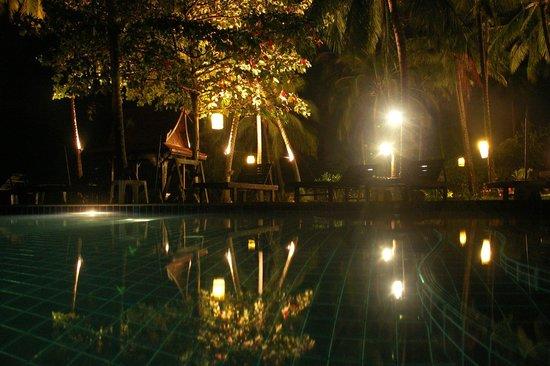 Lipa Lodge Beach Resort: The pool at night
