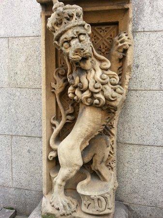 Yella Umbrella Walking Tours: UK lion for Parliament House