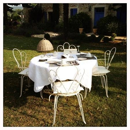 Le Mas des Buis : Breakfast table set in the garden