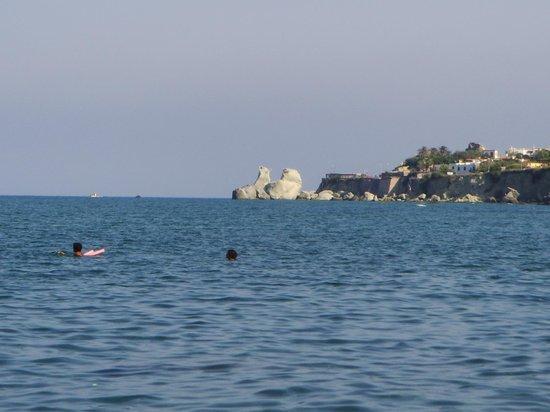 Spiaggia di Citara : lo scoglio degli innamorati, in lontananza