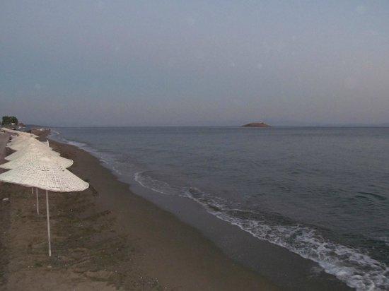 Gumuldur Resort Hotel: Полоса берега.