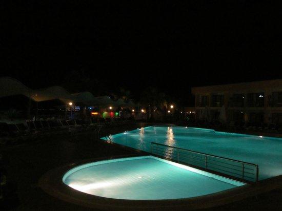 Gumuldur Resort Hotel: Бассейн у блоков C, D вечером.
