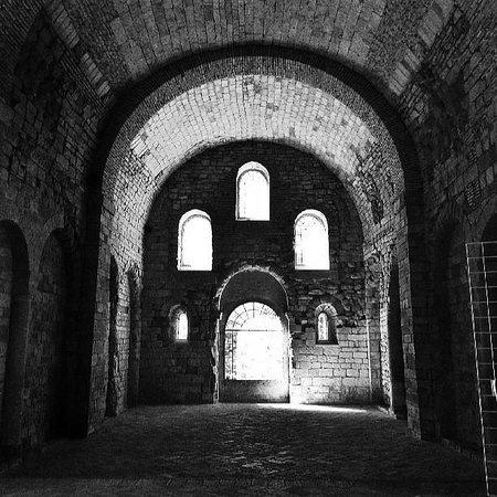 San Juan de la Peña: Interior de la gran iglesia románica del monasterio viejo en una tarde de verano