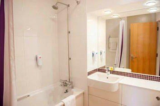 Premier Inn Weymouth Hotel : Bathroom