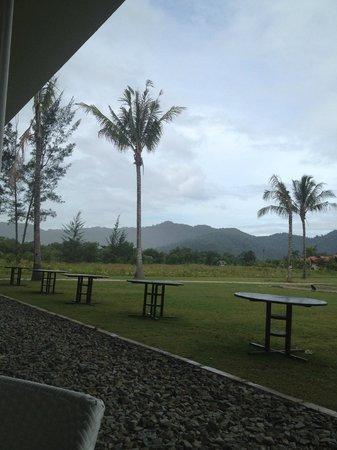 Nexus Resort & Spa Karambunai: View from the restaurant which served not so good breakfast