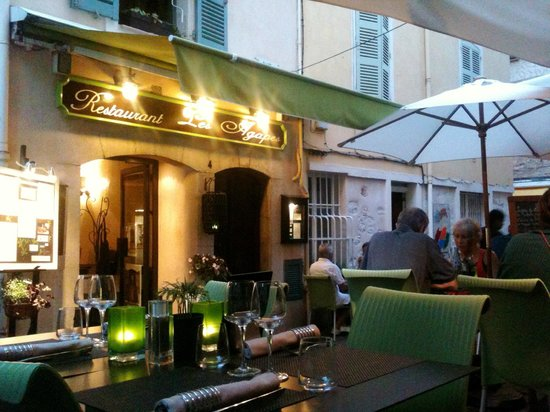 Les Agapes : l'entrée et la terrasse