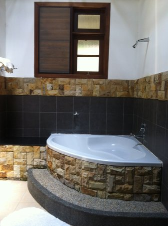 Felda Residence Hot Springs: bathroom with bathtub