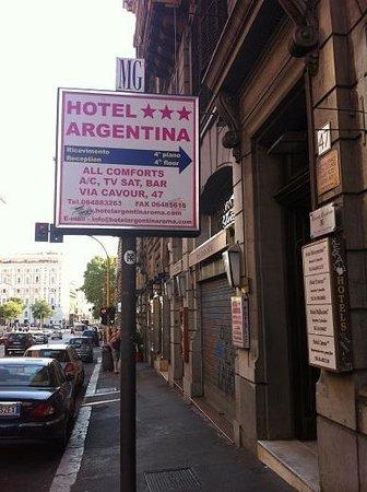 Roman Residence Inn: 入口看板(別のホテルのもの)