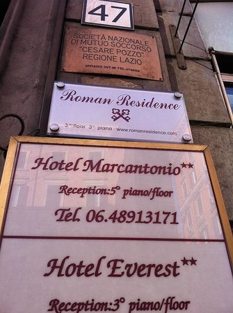 Roman Residence Inn: 入口表札
