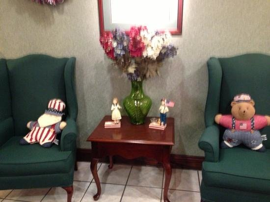 Hampton Inn Jonesville/Elkin: entrance lobby decor
