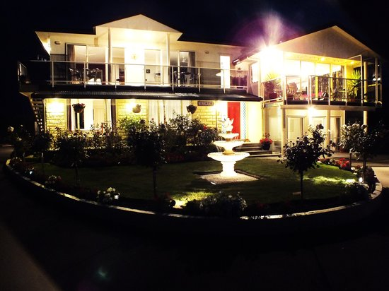 Austin Heights Scenic Bed & Breakfast: Night view of Austin Heights
