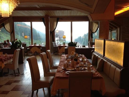 Berghotel Miramonti: Ristorante con vista Alpe Cermis