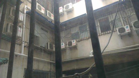 Zhengfu Caotang Dexin Inn : Backyard.
