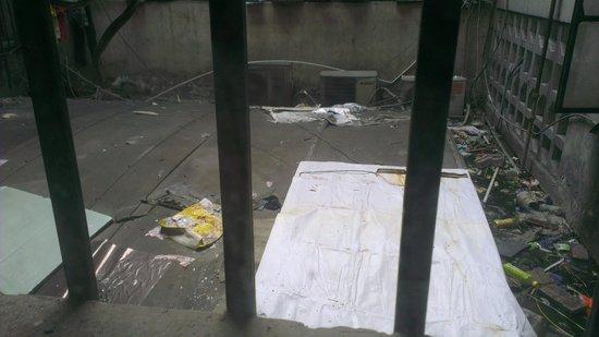 Zhengfu Caotang Dexin Inn : Garbage in a soup.