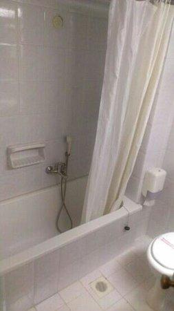 Metropolitan Hotel: bathtub. not very new