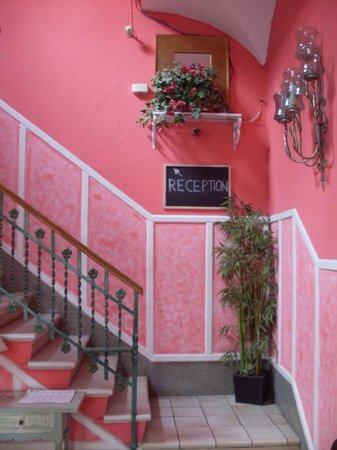 Hostal Regina : Nice staircase but looks can be deceiving!