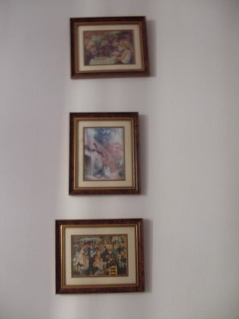 Hostal Regina: Pictures on the wall.