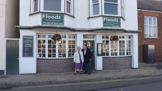 Floods Restaurant: right on the quay