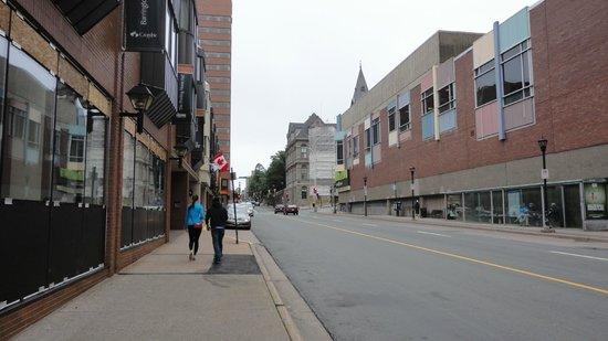 Delta Barrington: Barrington street, sulla sinistra il Delta hotel