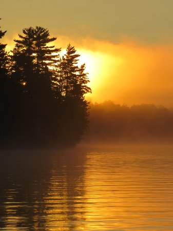 Northernair Lodge: Sunrise on Mitchell lake