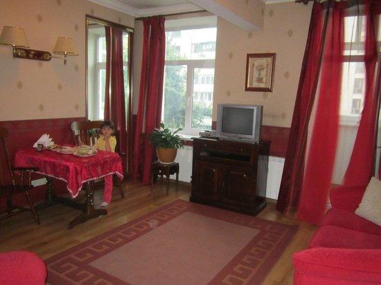 Sherborne ApartHotel: Кухня-гостиная с застекленным балконом