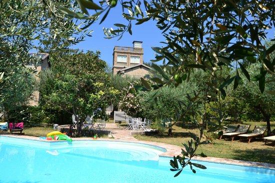 Il Pignocco Country House: La piscina e la torre