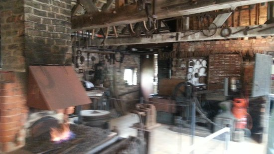 ‪Chain Bridge Forge a Living Blacksmith Museum‬