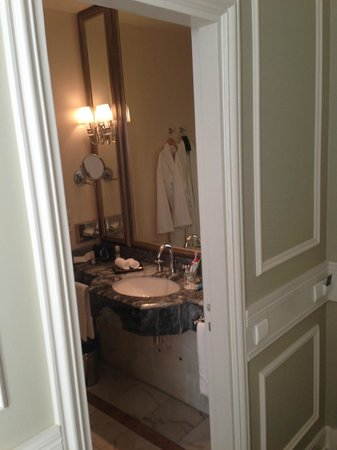 Tiara Chateau Hotel Mont Royal Chantilly: bahroom