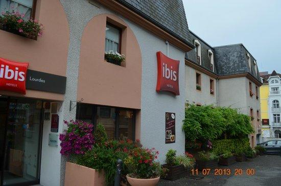 ibis Lourdes Centre Gare: Fachada del hotel
